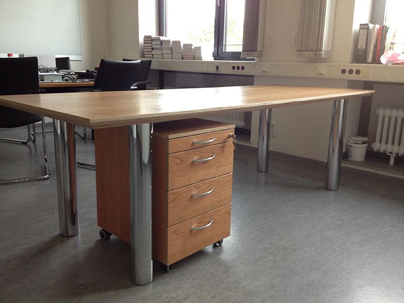 Schreibtisch in kirschbaum furniert f r die lmu for Schreibtisch kirschbaum