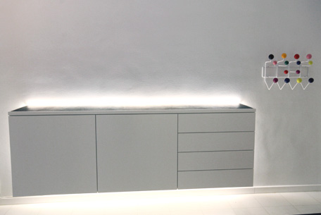 sideboard h ngend wei lackiert mit led beleuchtung und. Black Bedroom Furniture Sets. Home Design Ideas