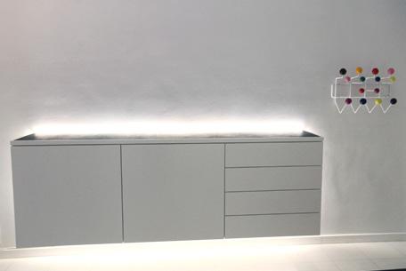 sideboard h ngend wei lackiert mit led beleuchtung und platte mit ledereinlage allgemeines. Black Bedroom Furniture Sets. Home Design Ideas